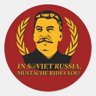¡En Rusia soviética, el bigote le monta! Pegatina Redonda
