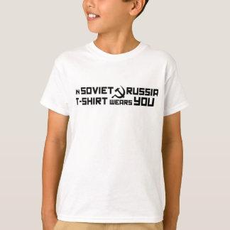 En Rusia soviética, la camiseta le lleva