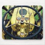 En Seat de conductor de un tractor amarillo antigu Alfombrilla De Ratón