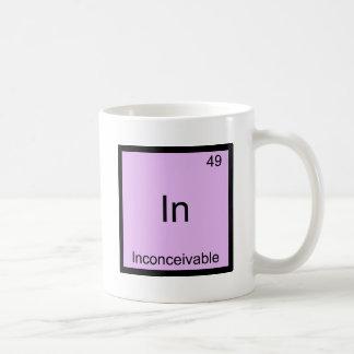 En - símbolo divertido inconcebible del elemento d taza básica blanca