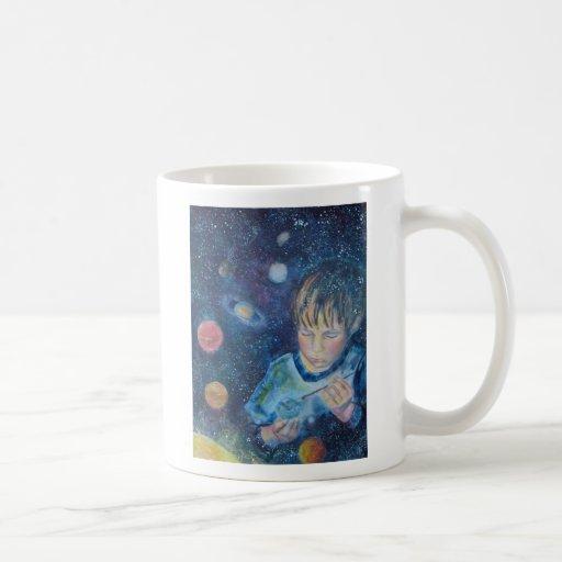 En su taza de café de las manos