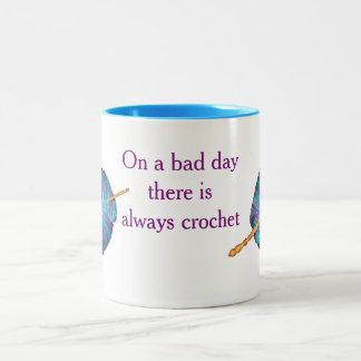 En un mún día hay siempre ganchillo taza de café de dos colores