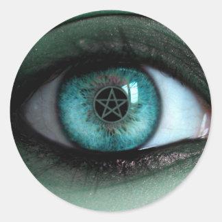 En un pegatina del ojo de las brujas