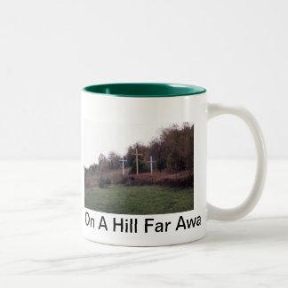 En una colina lejos… taza de dos tonos