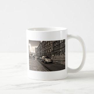 En una prisa tazas de café