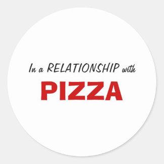 En una relación con la pizza etiqueta redonda