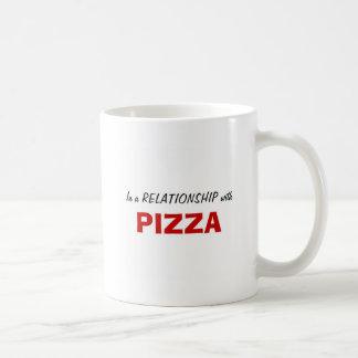 En una relación con la pizza taza básica blanca