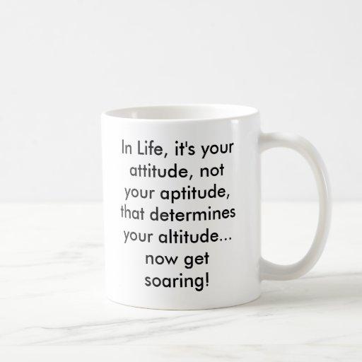 En vida, es su actitud, no su aptitud,… taza de café