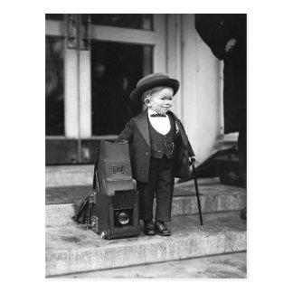 Enano al lado de la prensa Camera, 1922 Tarjeta Postal