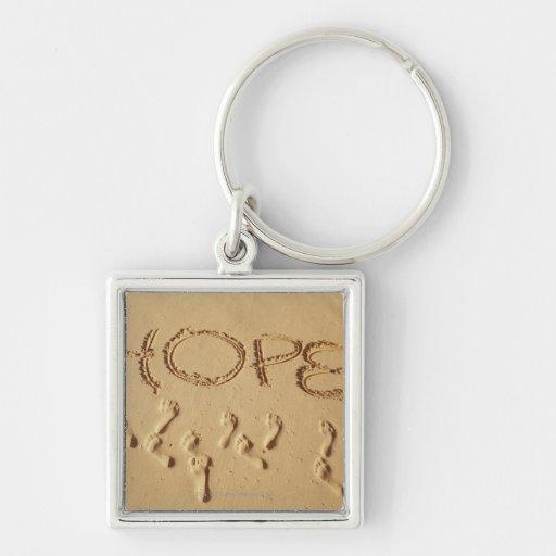 """Enarene la escritura """"esperanza"""" en la playa con llavero cuadrado plateado"""
