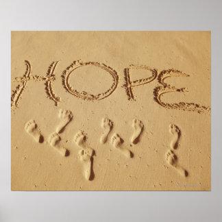 """Enarene la escritura """"esperanza"""" en la playa con póster"""