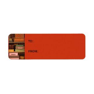 Encajona la pequeña etiqueta anaranjada del regalo etiqueta de remite