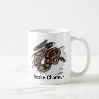 Encantador de serpiente taza clásica