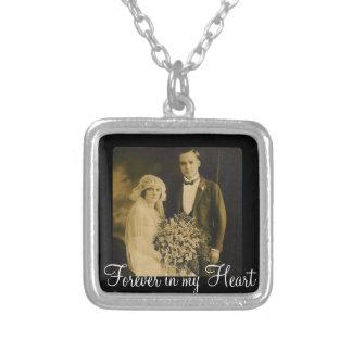 Encanto conmemorativo de la foto para casar el collar plateado