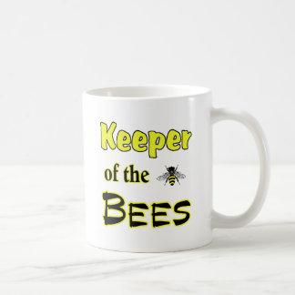 encargado de las abejas oscuras taza básica blanca