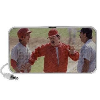 Encargado del béisbol que discute con el árbitro y mini altavoz