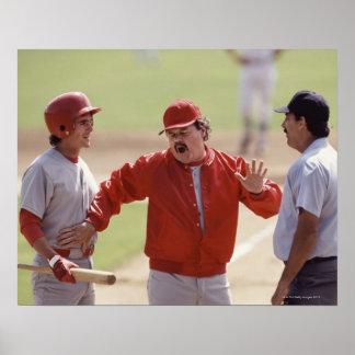 Encargado del béisbol que discute con el árbitro y póster