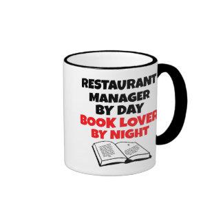 Encargado del restaurante del aficionado a los lib tazas de café