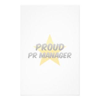 Encargado orgulloso de la banda papeleria