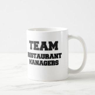 Encargados del restaurante del equipo taza de café