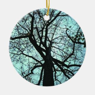 Encima del árbol adorno redondo de cerámica