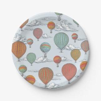 Encima del globo ascendente y ausente del aire platos de papel
