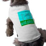 Energía eólica con las turbinas y el cielo camisas de perritos
