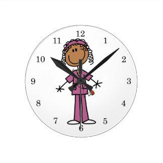 Enfermera afroamericana reloj redondo mediano