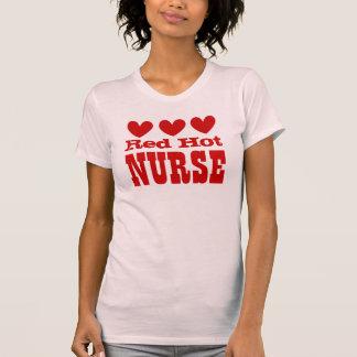 ENFERMERA candente con los corazones ROJOS Camisetas