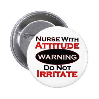 Enfermera con actitud pin redondo de 2 pulgadas