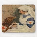 Enfermera con el golden retriever 1917 alfombrillas de ratón