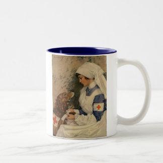 Enfermera con el golden retriever 1917 taza dos tonos