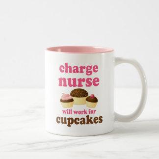 Enfermera de carga divertida taza de café de dos colores