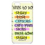 Enfermera de estudiante para hacer la lista