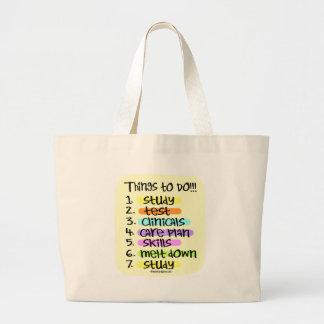Enfermera de estudiante para hacer la lista bolsas