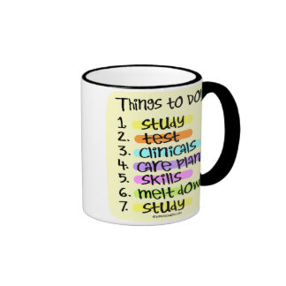 Enfermera de estudiante para hacer la lista taza de dos colores