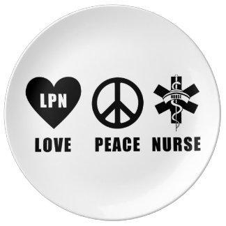Enfermera de la paz del amor de LPN Platos De Cerámica