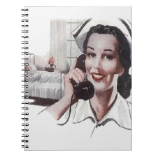 Enfermera de la sala de hospital del vintage en el libro de apuntes con espiral