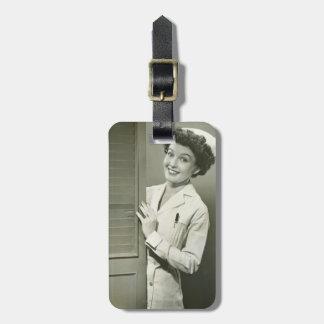 Enfermera de mirada furtiva etiqueta para maleta