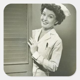 Enfermera de mirada furtiva pegatinas cuadradas personalizadas