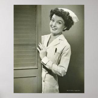Enfermera de mirada furtiva póster