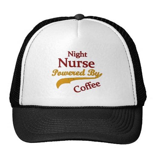 Enfermera de noche accionada por el café gorro de camionero