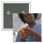 Enfermera de sexo femenino jamaicana que comprueba pin cuadrado