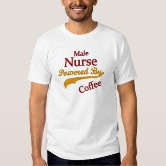 Enfermera de sexo masculino accionada por el café playera