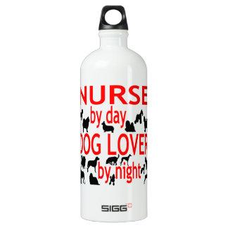 Enfermera del amante del perro en rojo