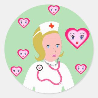 Enfermera del animado que lleva el estetoscopio etiqueta redonda
