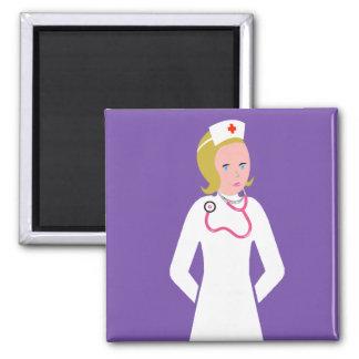 Enfermera del animado que lleva el estetoscopio ro imán cuadrado