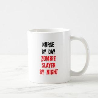 Enfermera del asesino del zombi del día por noche taza clásica