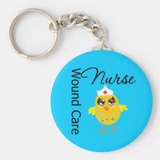 Enfermera del cuidado de la herida del polluelo v1 llavero redondo tipo pin