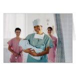 Enfermera del sitio de entrega que detiene al bebé felicitación